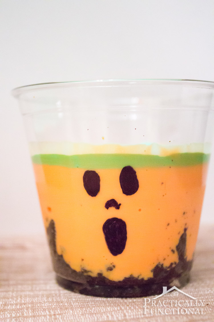 These adorable pumpkin yogurt cups are the perfect Halloween snack: cute and delicious!