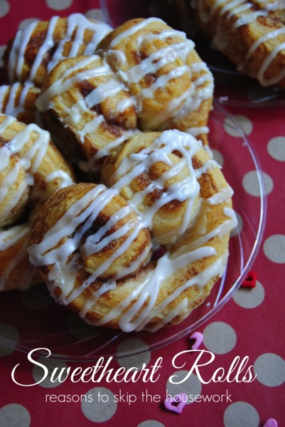 Sweetheart Cinnamon Rolls - and 24 other delicious Valentine's Day treats!